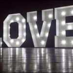 LOVE madera con bombillas 150cm
