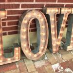 Letras madera vintage con bombillas