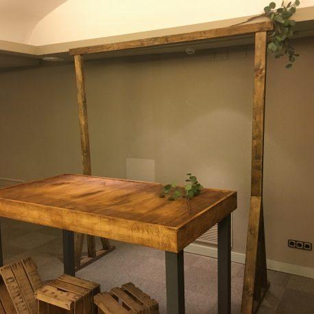 alquiler mesa de apoyo industrial madera forja metal para bodas eventos vintage barra bebidas corner show cooking rustico