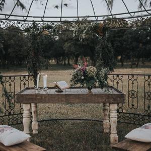 Mesa de madera altar estilo Hemingway